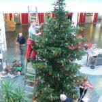 Weihnachtsbaum in Schalterhalle schmücken