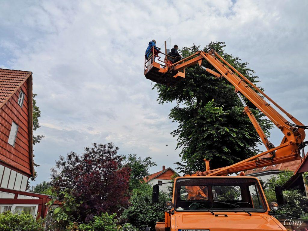 Der Storchenbetreuer Georg Fiedler wird auf der Hebebühne von Lars Denecke zum Nest hinauf gebracht.