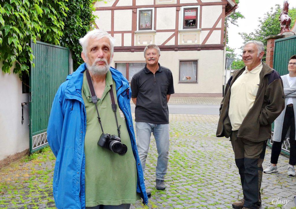 Niedersächsischer Storchenbetreuer Georg Fiedler (links) und Thomas Klein (Mitte).